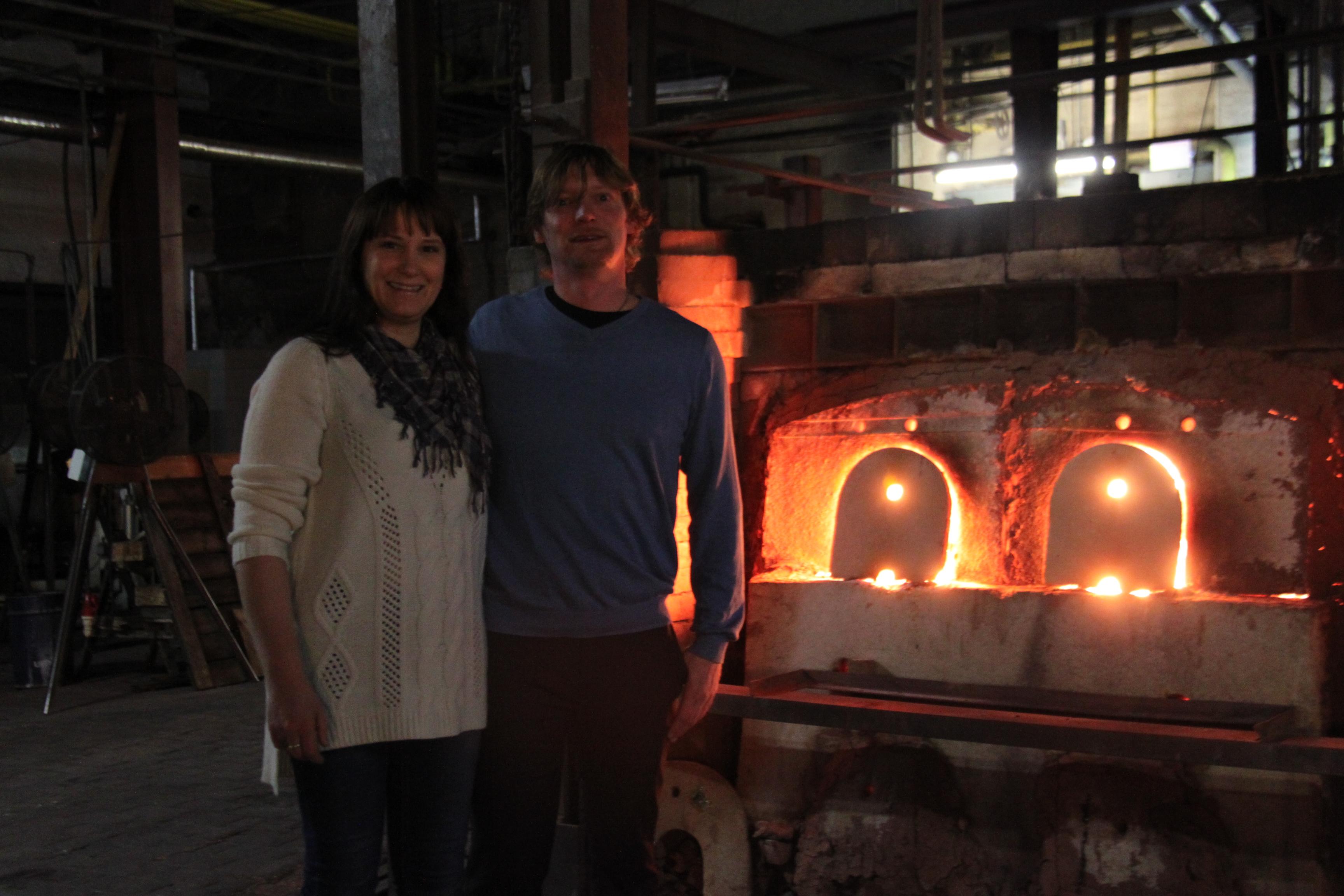 Anette og Even under besøket på glassfabrikken i 2014.